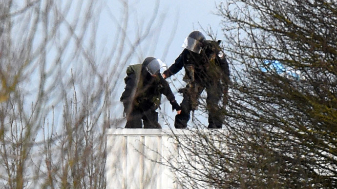 Police take up a position on a roof in Dammartin-en-Goele, north-east of Paris, where they cornered Charlie Hebdo suspects. (AFP Photo / Dominique Faget)