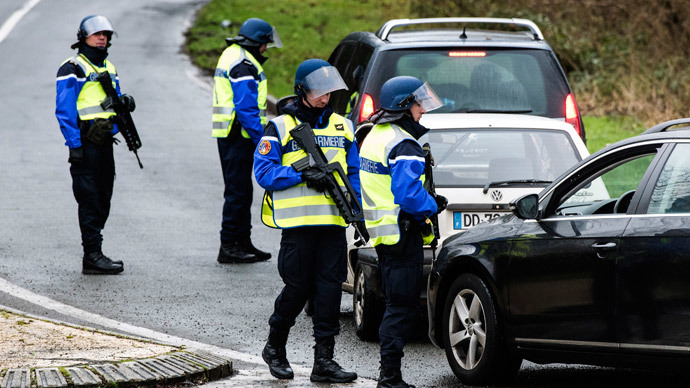 French gendarmes block the access to the city of Dammartin-en-Goele on January 9, 2015.(AFP Photo / Denis Charlet)