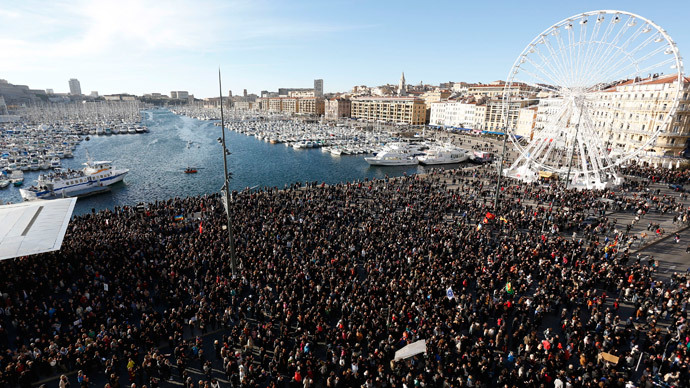 Several thousand people gather to pay tribute to victims of a shooting by gunmen at the offices of the satirical weekly newspaper Charlie Hebdo during a demonstration in Marseille, January 10, 2015.(Reuters / Philippe Laurenson)