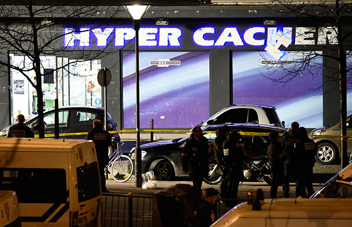 French police officers investigate the scene at the Hyper Casher kosher grocery store near Porte de Vincennes in eastern Paris on January 9, 2015 after police launched an assault killing the gunman holed up in the market and freeing the hostages (AFP Photo / Eric Feferberg)