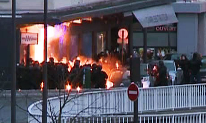 A screengrab taken from an AFP TV video shows members of the French police special forces launching the assault at a kosher grocery store in Porte de Vincennes, eastern Paris, on January 9, 2015 where at least two people were shot dead on January 9 during a hostage-taking drama at a Jewish supermarket in eastern Paris, and five people were being held, official sources told AFP. (AFP/AFP TV)