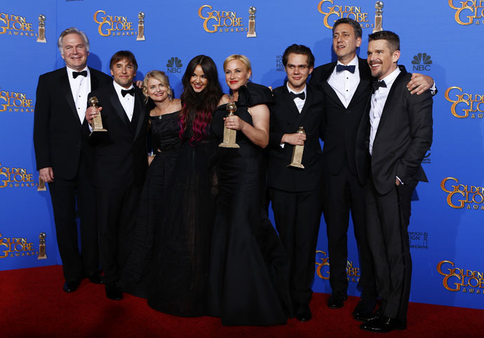 "The cast of ""Boyhood"" poses backstage with their award for Best Motion Picture - Drama during the 72nd Golden Globe Awards in Beverly Hills, California January 11, 2015. (Reuters/Mike Blake)"