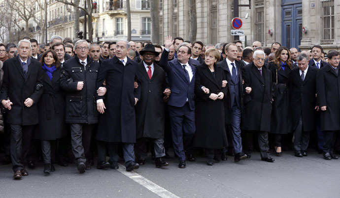 French President Francois Hollande is surrounded by numerous state leaders in the streets of Paris January 11, 2015, as they march in recognition of freedom of speech following the Charlie Hebdo massacre. (AFP Photo)