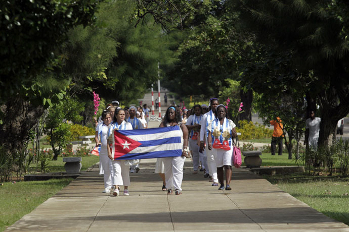 Recently released dissidents Aide Gallardo (L) and Sonia Garro (C) hold the Cuban national flag during a march in Havana January 11, 2015. (Reuters)