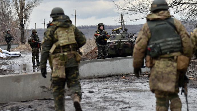 Ukrainian soldiers gather close to the frontline in the eastern Ukrainian city of Debaltseve, Donetsk region, on December 24,2014. (AFP Photo/Sergei Supinsky)