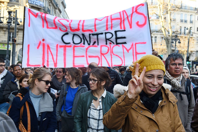 """People hold a banner reading """"Muslims against religious extremism"""" during a rally in Marseille on January 10, 2015. (AFP photo)"""