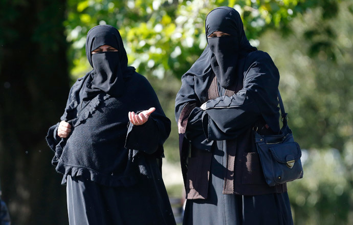 Two women wearing full-face veils walk in Regents Park in London. (Reuters / Suzanne Plunkett)