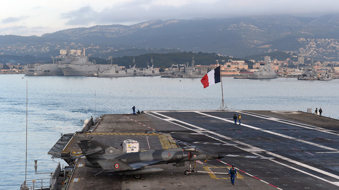 Military personnel stand on the deck of the French aircraft carrier Charles-de-Gaulle in the southern French port of Toulon (AFP Photo / Anne Christine Poujoulat)