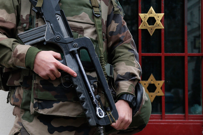 "A French soldier secures the access to a Jewish institution in Neuilly-sur-Seine, Western Paris, as part of the highest level of ""Vigipirate"" security plan after last week's attacks, January 13, 2015.(Reuters / Charles Platiau)"