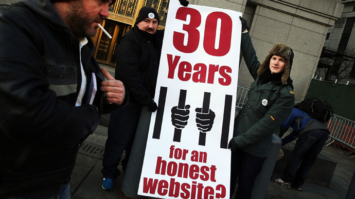 Supporters of Ross Ulbricht, the alleged creator and operator of the Silk Road underground market, stand in front of a Manhattan federal court house on the first day of jury selection for his trial on January 13, 2015 in New York City. (Spencer Platt / Getty Images / AFP)