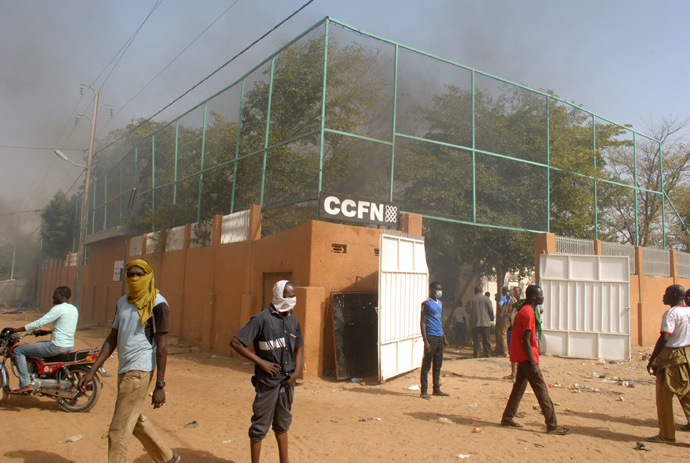 Smoke rises from the Franco-Nigerien Cultural Center (CCFN) in Zinder after it was burned down during demonstrations after Friday prayer on January 16, 2015 against French satirical magazine Charlie Hebdo's publication of a cartoon showing the Prophet Mohammed (AFP Photo / Stringer)