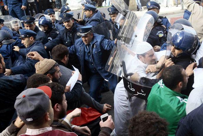 Demonstrators scuffle with police after Friday prayers in Algiers January 16, 2015. (Reuters / Ramzi Boudina)