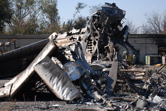 A burned plane at Donetsk airport. (RIA Novosti / Gennady Dubovoy)