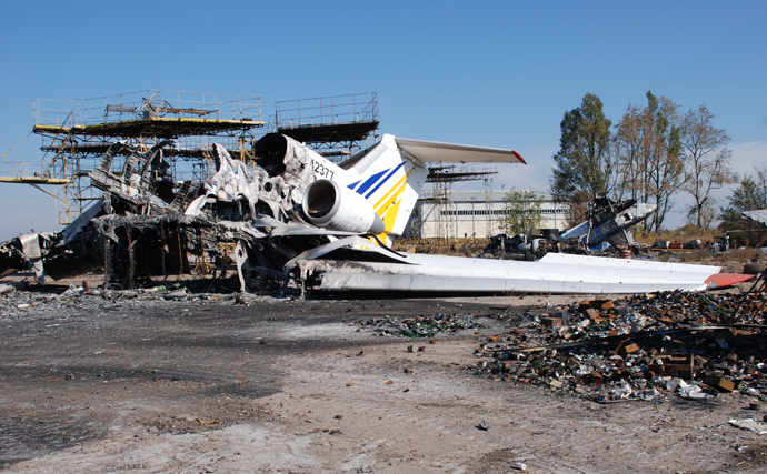 A burned plane at Donetsk airport. (RIA Novosti / Gennady Dubovoy)
