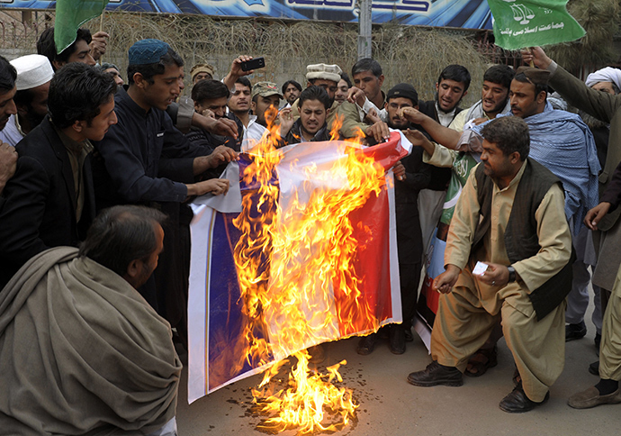 Pakistani demonstrators burn a French flag during a protest against the printing of satirical sketches of the Prophet Muhammad by French magazine Charlie Hebdo in Quetta on January 16, 2014 (AFP Photo / STR)