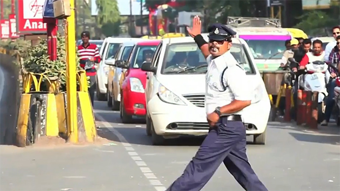 India's 'moonwalking' traffic cop achieves cult status (VIDEO)