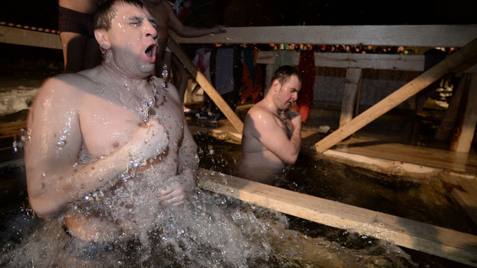 Putin braves icy water for traditional Epiphany dip (VIDEO)