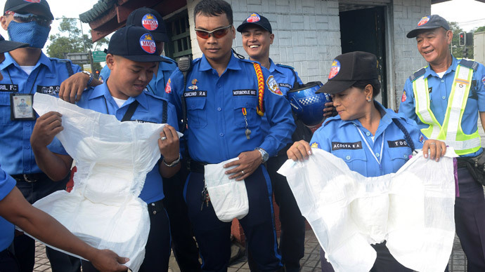 Diapers & wafers: Manila traffic cops wear nappies to patrol Pope's record-breaking mass (VIDEO)
