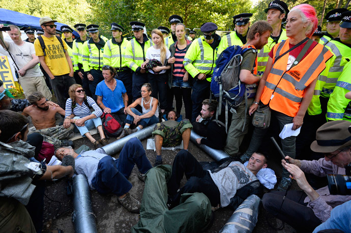 Demonstrators lock themselves together during a protest outside a drill site run by Cuadrilla Resources, near Balcombe in southern England (Reuters / Paul Hackett)