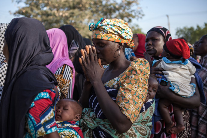 Women queue to receive humanitarian aid on December 3, 2014 in Yola after fleeing Boko Haram attacks in their native regions. (AFP Photo / Florian Plaucheur)