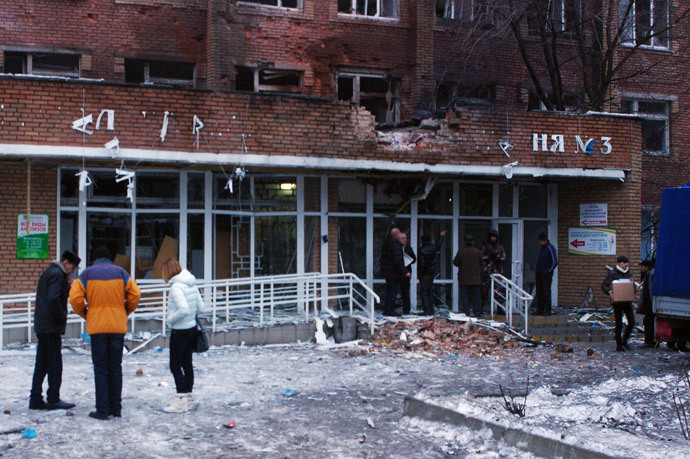 Passers-by outside City Hospital No.3 in Shevchenko Boulevard in Donetsk's Kalininsky District after the building was hit with an artillery shell during the city's shelling by the Ukrainian army. (RIA Novosti / Mikhail Parhomenko)