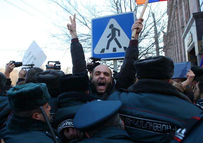 Policemen block protesters near the Russian embassy in Yerevan, January 15, 2015. (Reuters / PAN Photo / Hrant Khachatryan)
