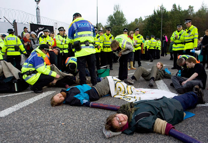 Anti-nuclear campaigners blockade the Naval Base, Faslane, Scotland October 1, 2007. (Reuters / Chris Clark)