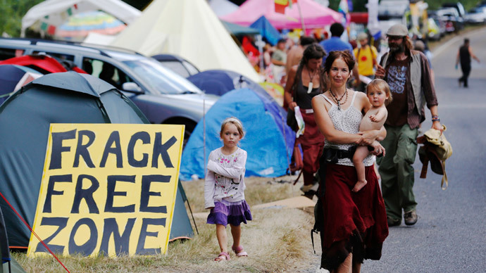 Demonstrators walk through a roadside camp at the entrance gate belonging to a site run by Cuadrilla Resources, outside the village of Balcombe in southern England August 4, 2013.(Reuters / Luke MacGregor )