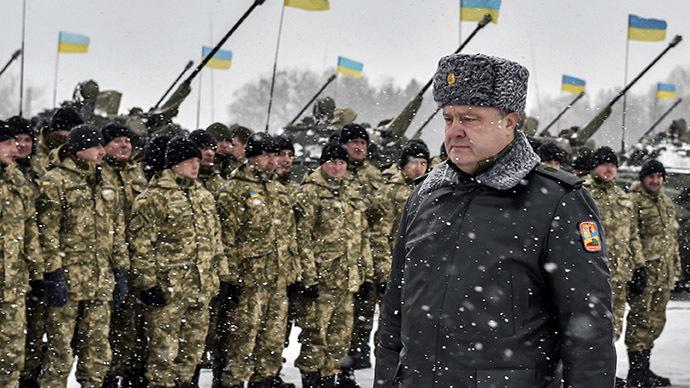 Ukrainian president Petro Poroshenko walks along a formation of soldiers during his visit to the Zhitomir Region. (RIA Novosti/Nikolay Lazarenko)