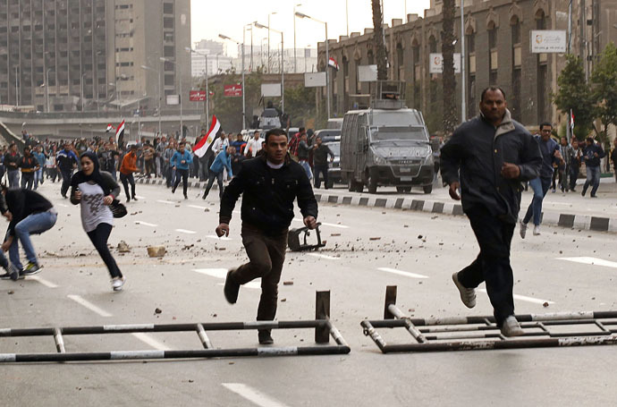 Anti-government protesters run as police arrive during their attempt to walk into Tahrir square in Cairo January 25, 2015. (Reuters/Asmaa Waguih)