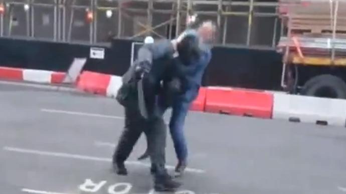 Office worker tackles machete-wielding jewelry thief