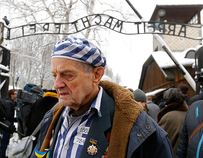 A survivor of the former German Nazi concentration and extermination camp Auschwitz reacts as he visits the camp in Oswiecim January 26, 2015 (Reuters / Laszlo Balogh)