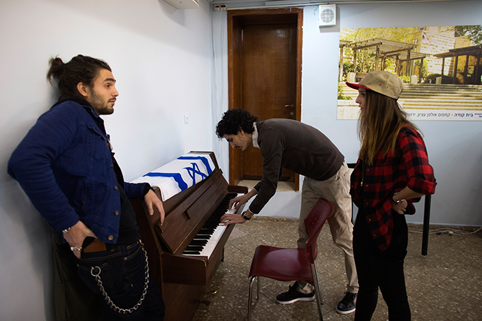 Newly arrived immigrants from France, Charly Nahmani (C), David Gurion and his sister Saloma (R), take a break from Hebrew class at Ulpan Etzion, the original residential school and absorption centre, which has taught Hebrew to tens of thousands of immigrants since 1949, in Jerusalem January 20, 2015 (Reuters / Ronen Zvulun)