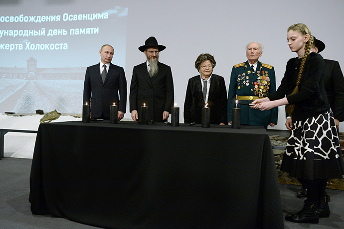 President Vladimir Putin and Russia's chief rabbi Berl Lazar light the candles at the ceremony commemorating the Holocaust victims (RIA Novosti / Alexey Nikolsky)