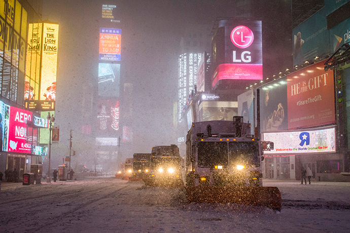 Snow plow trucks clear the roads during a snowstorm in Times Square, New York early morning January 27, 2015 (Reuters / Adrees Latif)