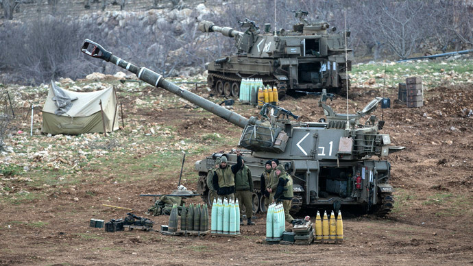 Israeli soldiers stand next to a mobile artillery unit near the border with Syria in the Golan Heights January 28, 2015.(Reuters / Baz Ratner)