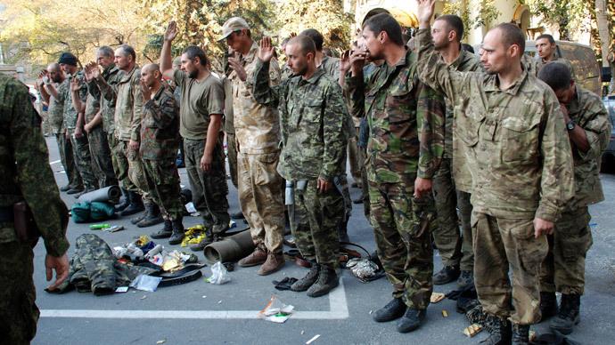 Ukrainian servicemen taken out of the encirclement outside in Donetsk.(RIA Novosti / Gennady Dubovoy)
