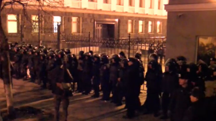 Hundreds trying to break into Ukraine president's office in Kiev