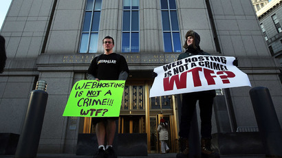 Supporters of Ross Ulbricht, the alleged creator and operator of the Silk Road underground market, stand in front of a Manhattan federal court house on the first day of jury selection for his trial on January 13, 2015.(AFP Photo / Spencer Platt)