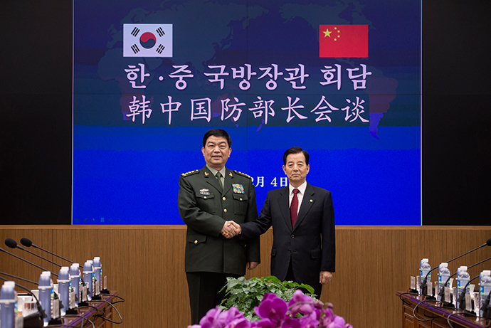 China's Defence Minister Chang Wanquan (L) shakes hands with his South Korean counterpart Han Min-koo (R) prior to a meeting at the Defense Ministry in Seoul February 4, 2015 (Reuters / Ed Jones)