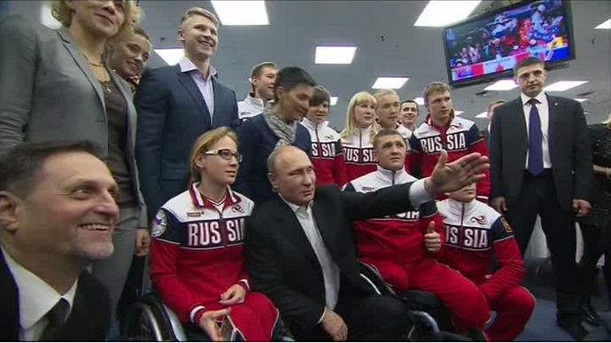 Russian President Vladimir Putin poses for a photo with Russian Paralympic team athletes (RT video screen grab)