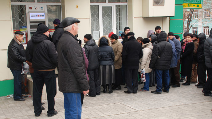 Citizens of Donetsk queue up to the main office of Oschadbank (State Savings Bank of Ukraine) in the city's Universitetskaya Street, 11.17.2014.(RIA Novosti / Masha Ross)