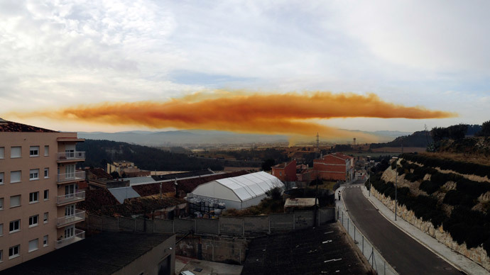 Toxic orange cloud outside Barcelona after chemical blast (PHOTOS, VIDEO)