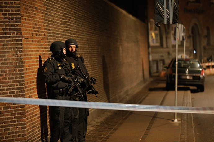 Policemen are seen along a street in central Copenhagen, early February 15, 2015 following shootings at a synagogue in Krystalgade (Reuters / Martin Sylvest)