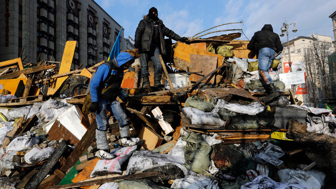 Anti-government protesters climb a barricade in central Kiev February 20, 2014.(Reuters / Yannis Behrakis)