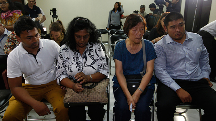 Raji Sukumaran (centre L) and Helen Chan (centre R), the mothers of Australian death row prisoners Myuran Sukumaran and Andrew Chan, are accompanied by their sons Michael (R) and Chintu (L) as they wait before a meeting at the Indonesian Human Rights Commission in Jakarta February 9, 2015 (Reuters / Darren Whiteside)
