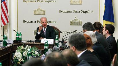 U.S. Vice President Joe Biden (L, back) attends a meeting with deputies of the Ukrainian parliament in Kiev, April 22, 2014 (Reuters / Valentyn Ogirenko)