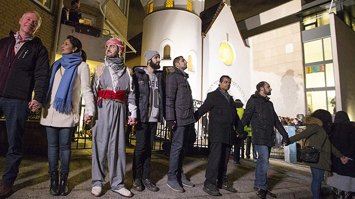 'No to anti-Semitism': Norwegian Muslims form human chain around Oslo synagogue