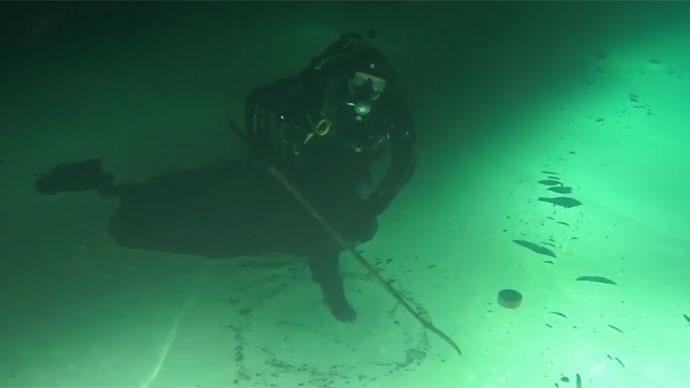 Submerged in Siberia: Extreme hockey players clash sticks underwater (VIDEO)