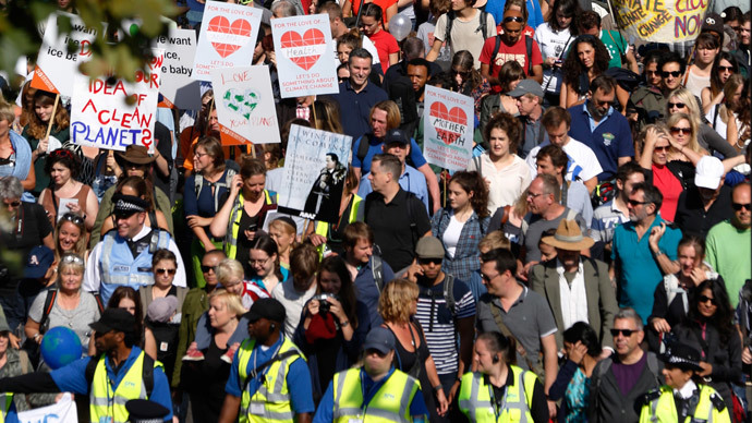 Scuffles break out in London as thousands protest climate change (VIDEOS)